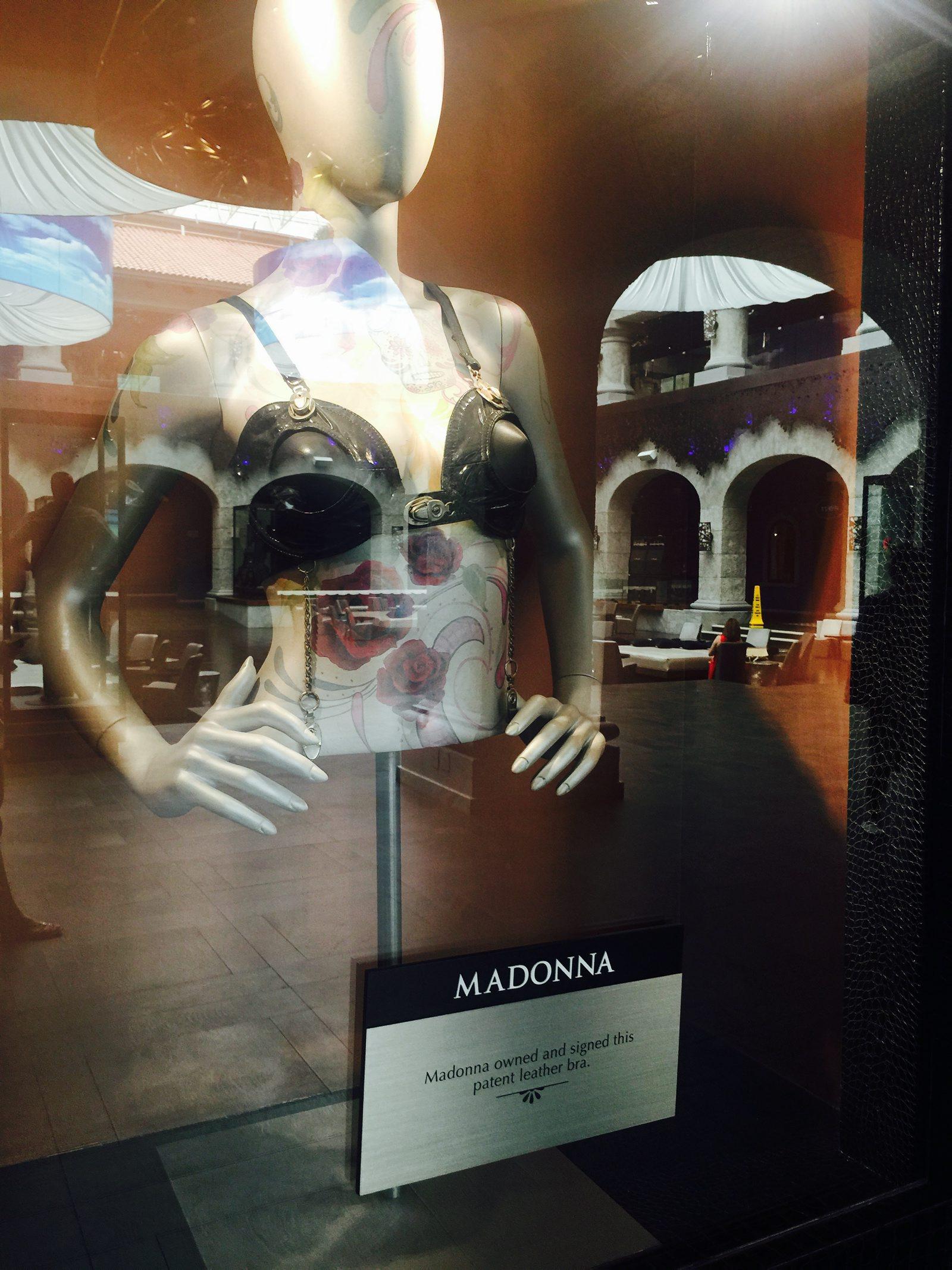 60627188. Playa del Carmen, QRoo., 27 Jun. 2016 (Notimex-Armando Pereda).- Más de 350 piezas y artículos que pertenecieron a Elvis Presley, Madonna, Prince, The Beatles, Elton John, Slash, Shakira, Fergie, Will.i.am y más celebridades, conforman la memorabilia del Hard Rock Hotel de la Riviera Maya. NOTIMEX/FOTO/ARMANDO PEREDA/COR/ACE/