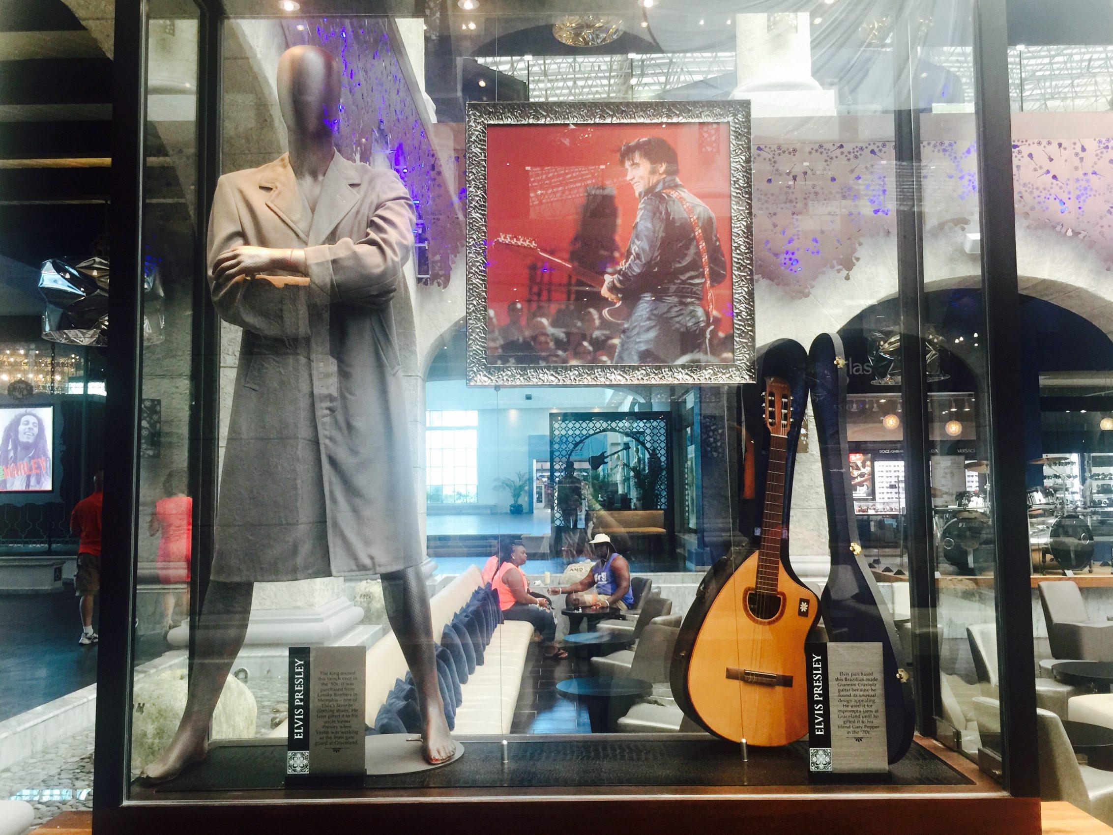 60627176. Playa del Carmen, QRoo., 27 Jun. 2016 (Notimex-Armando Pereda).- Más de 350 piezas y artículos que pertenecieron a Elvis Presley, Madonna, Prince, The Beatles, Elton John, Slash, Shakira, Fergie, Will.i.am y más celebridades, conforman la memorabilia del Hard Rock Hotel de la Riviera Maya. NOTIMEX/FOTO/ARMANDO PEREDA/COR/ACE/