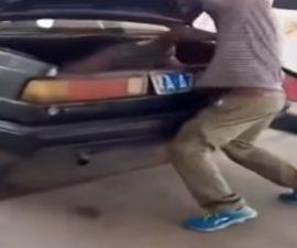 mujer cajuela auto