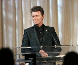 Colocan placa conmemorativa a David Bowie en Berlin