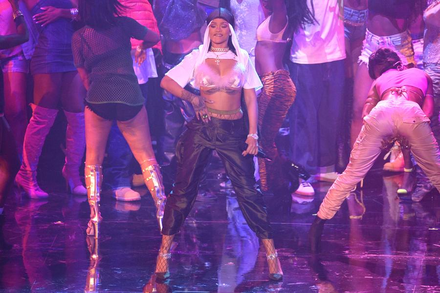 Rihanna-Outfit-VMA-Ceremonia-Crop
