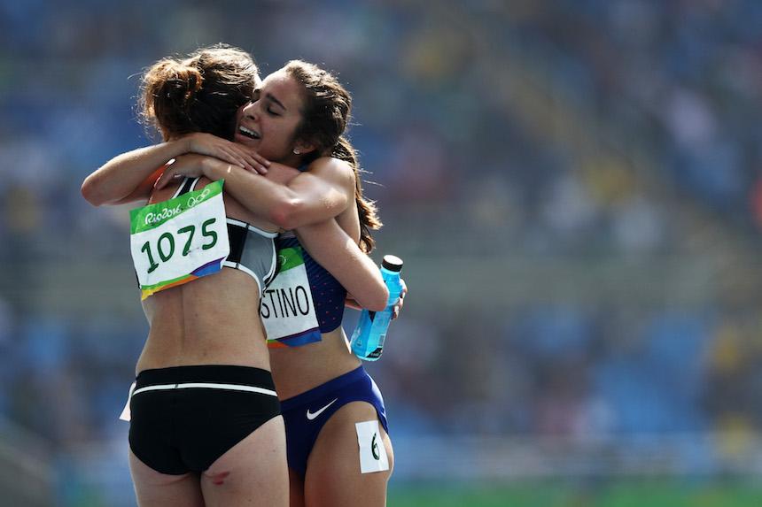 Nikki Hamblin y Abbey D' Agostino se abrazan después de que ambas cayeron en la prueba de cinco kilómetros