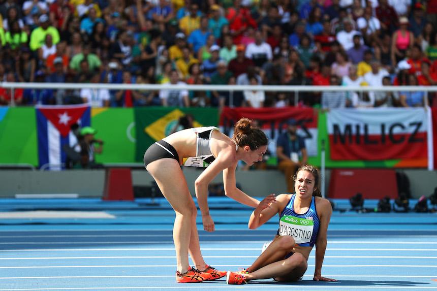 Abbey D' Agostino es levantada por Nikki Hamblin durante la prueba de los cinco kilómetros en los Juegos olímpicos