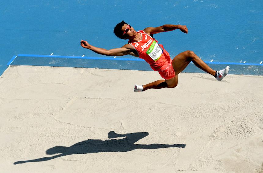 Akihiko Nakamura en la prueba de salto durante los juegos olímpicos