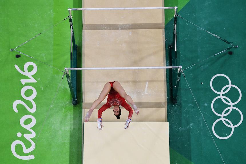 Alexandra Raisman compitiendo en las pruebas de barras en los juegos Olímpicos