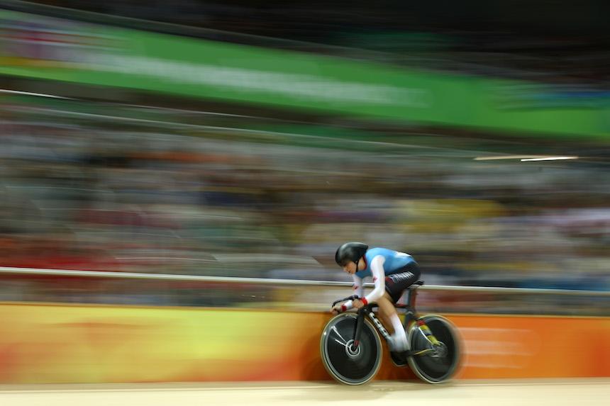 Allison Beveridge compitiendo en la prueba de ciclismo