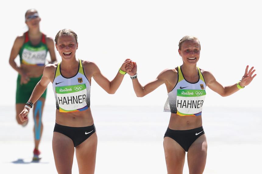 Anna Hahner y su hermana Lisa Hahner ingresaron tomadas de la mano al momento de llegar a la meta en el maratón
