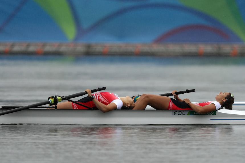 Anna Wierzbowska y Maria Wierzbowska toman un descanso después de realizar su prueba de canotaje