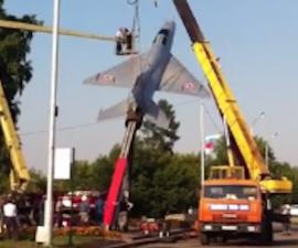 Una grúa tiró un avión histórico que sería colocado en un aeropuerto de Siberia.