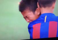 Los jugadores del Barcelona consuelan a sus rivales una vez que les ganaron la final