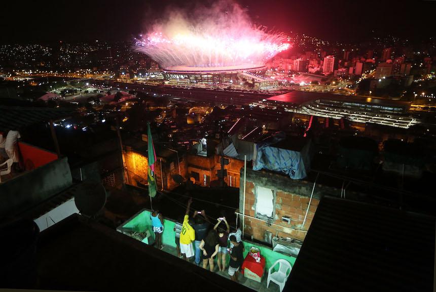 Los niños observan la inauguración desde una favela