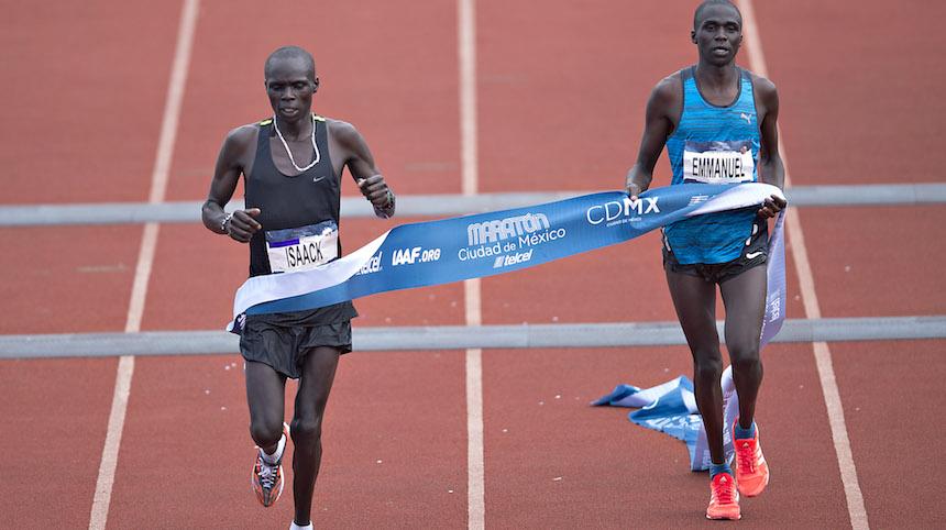 Los corredores de Kenia al momento de llegar a la mata