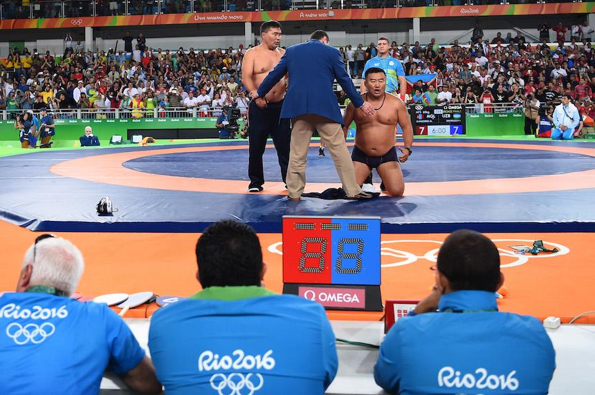 El entrenador de Mongolia protesta frente a un juez por los resultados de la pelea