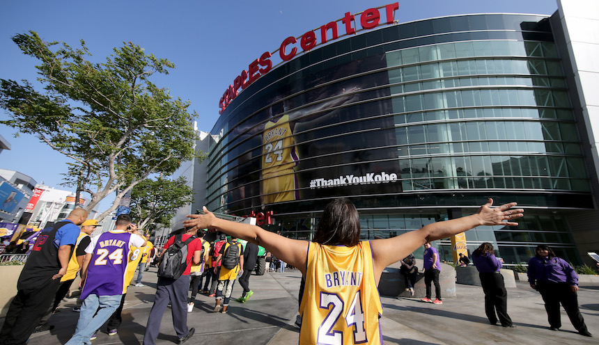Un fan observa la imagen que se puso de Kobe Bryant en su último partido con los Lakers