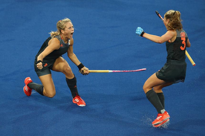 Kitty van Male celebra un gol de Holanda en el torneo de hockey sobre pasto