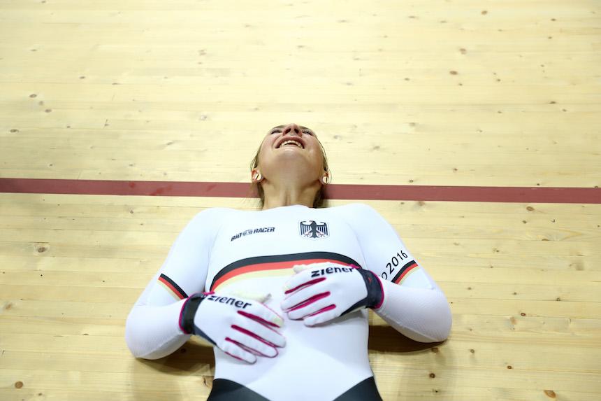 Kristina Vogel al momento de enterarse que ganó la medalla de oro en la disciplina de ciclismo