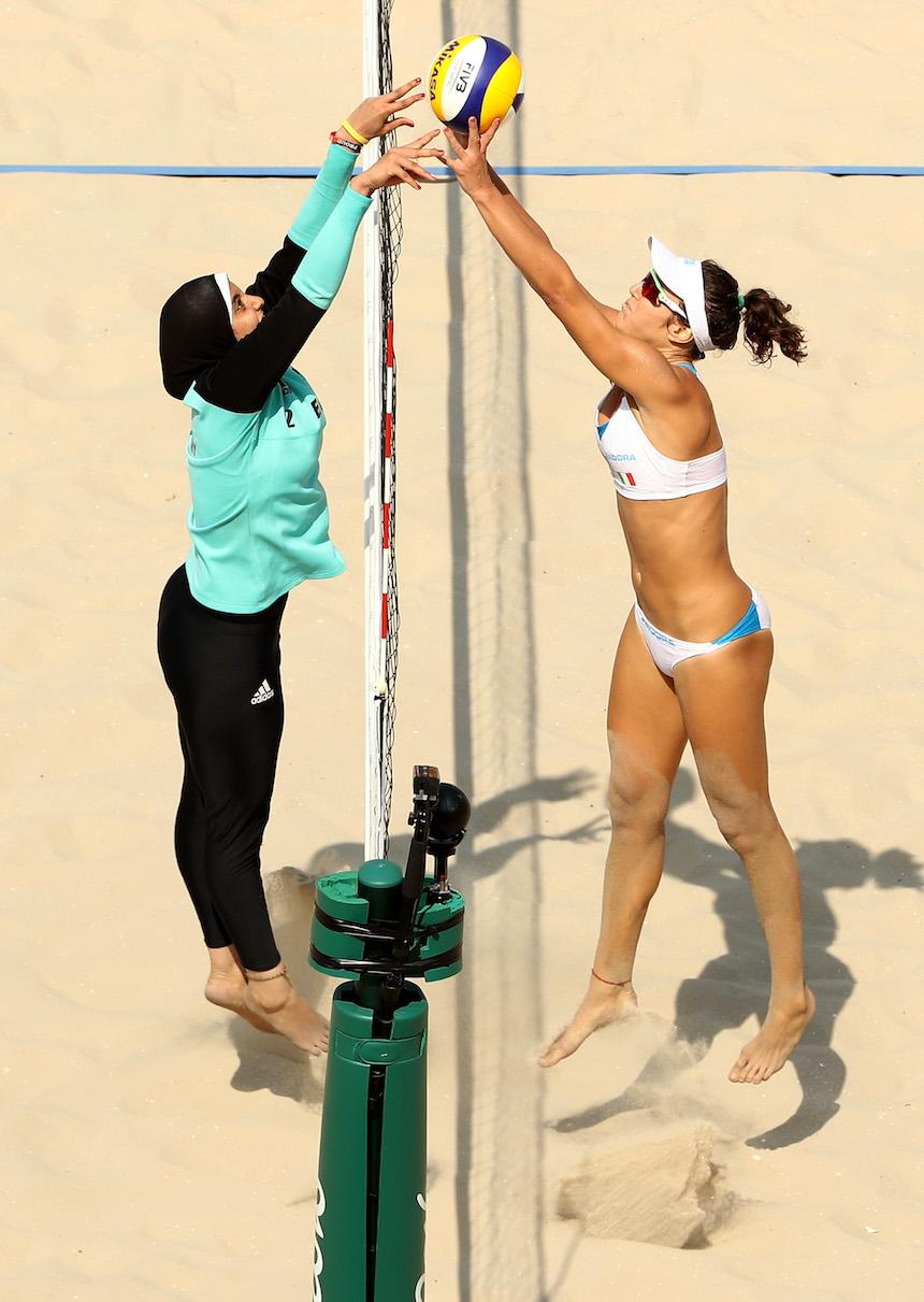 Laura Giombini, de Italia, disputa un balón con Doaa Elghobashy en un encuentro de voleibol de playa