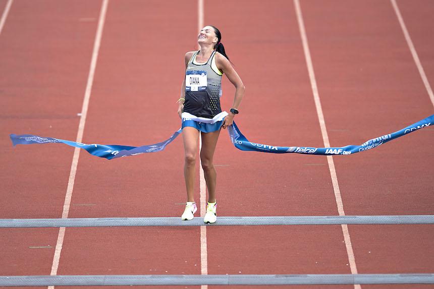 La ganadora del maraton en la categoria femenil