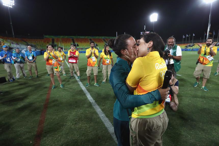 Marjorie Enya le pide matrimonia a su pareja Isadora Cerullo al finalizar su participación en el torneo de rugby en los Juegos Olímpicos