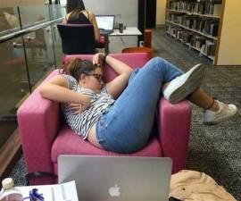 mujer-dormida-biblioteca-meme