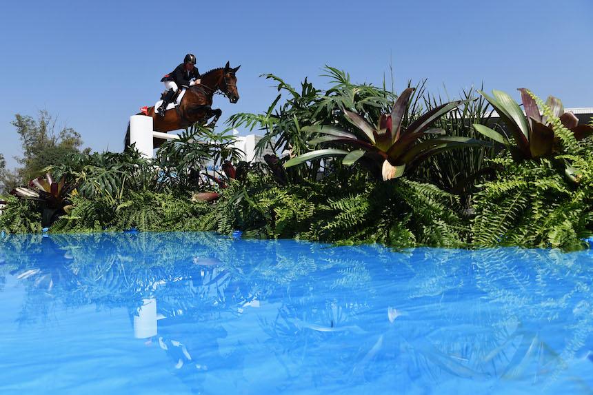 Nick Skelton mientras realiza sus pruebas de equitación, donde se terminó llevando la medalla de oro