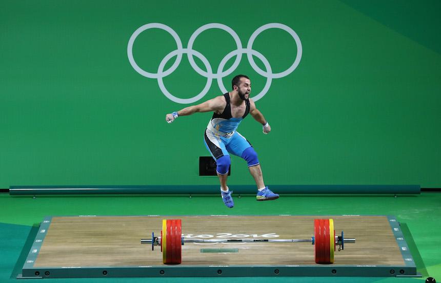 Nijat Rahimov celebrando el momento en que gana la medalla de oro en la categoría de los 77 kilogramos