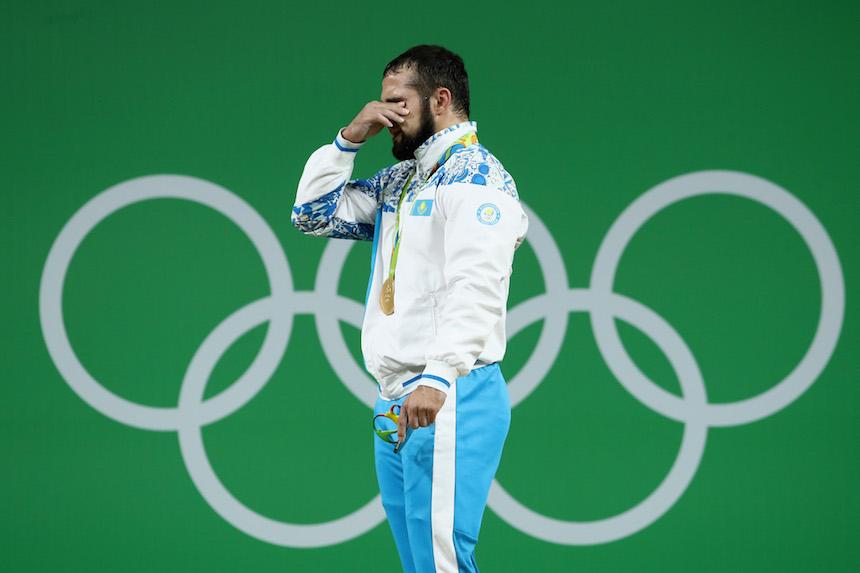 Nijat Rahimov no pudo contener el llanto al momento de escuchar el himno de su país