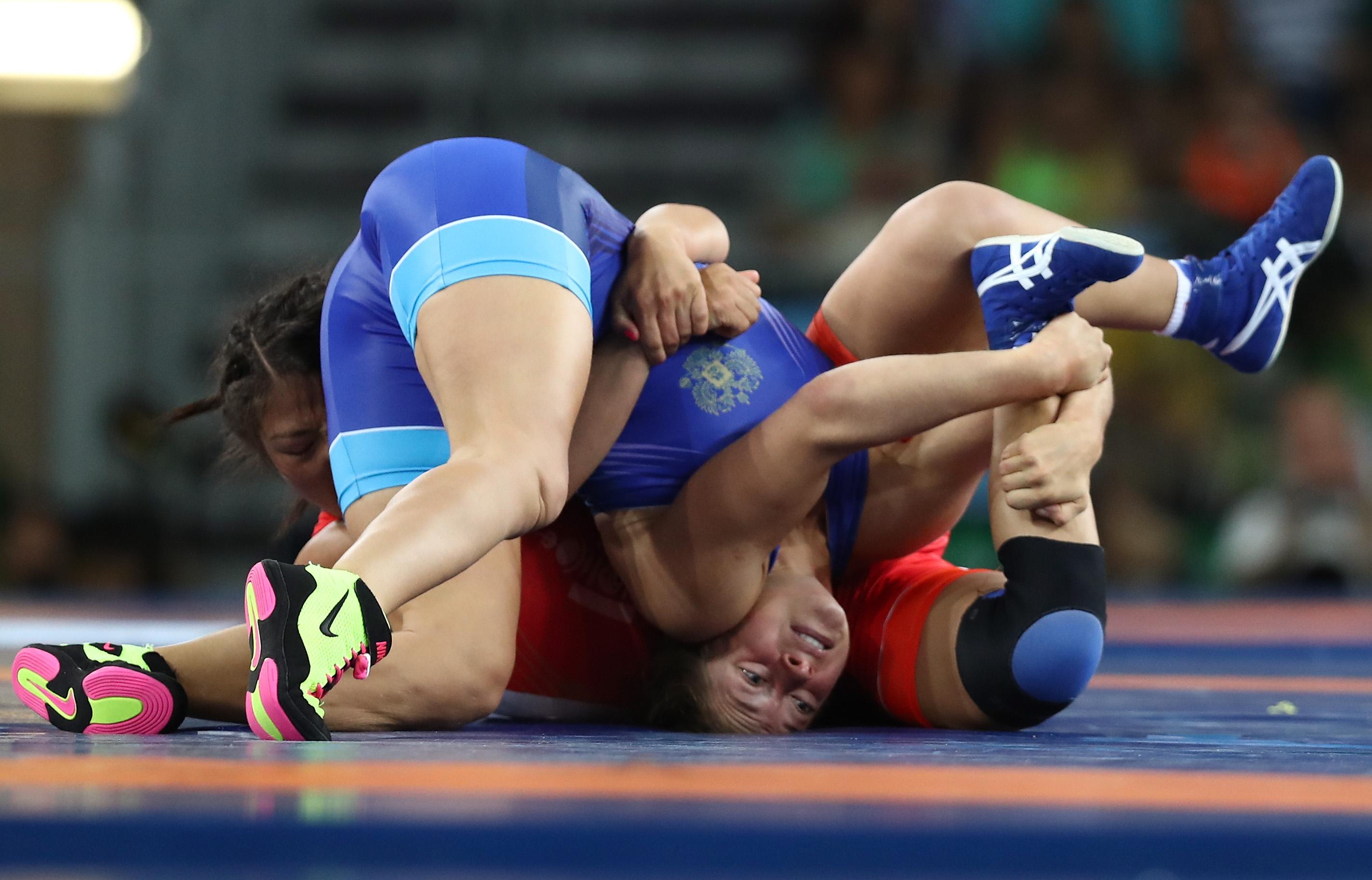 Las competidoras de Rusia y Mongolia durante un enfrentamiento de lucha grecorromana
