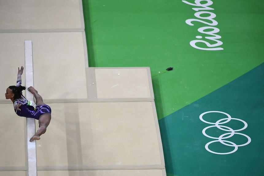 Rebeca Andrade al momento de realizar una de sus pruebas de gimnasia en los Juegos Olímpicos