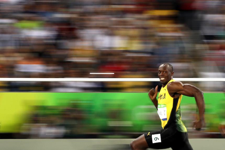 Usain Bolt al momento de llegar a la meta durante la semifinal de la prueba de los 100 metros en los Juegos Olímpicos