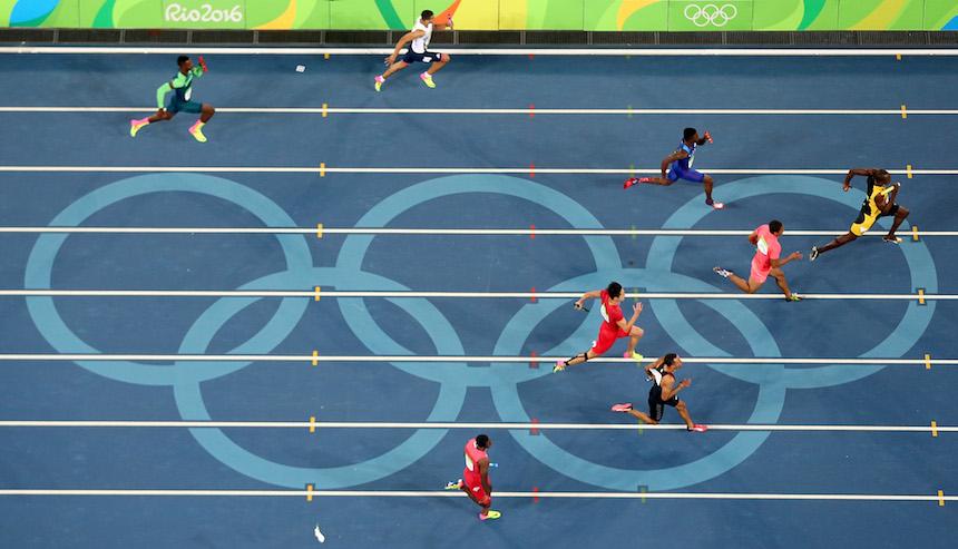 Usain Bolt al momento de llegar a la meta en los relevos 4x100 en los juegos Olímpicos