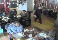 La pareja de carteristas fue captada por el circuito cerrado del lugar.