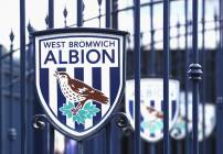 Logo del West Bromwich afuera del estadio, previo a su juego contra el Middlesbrough