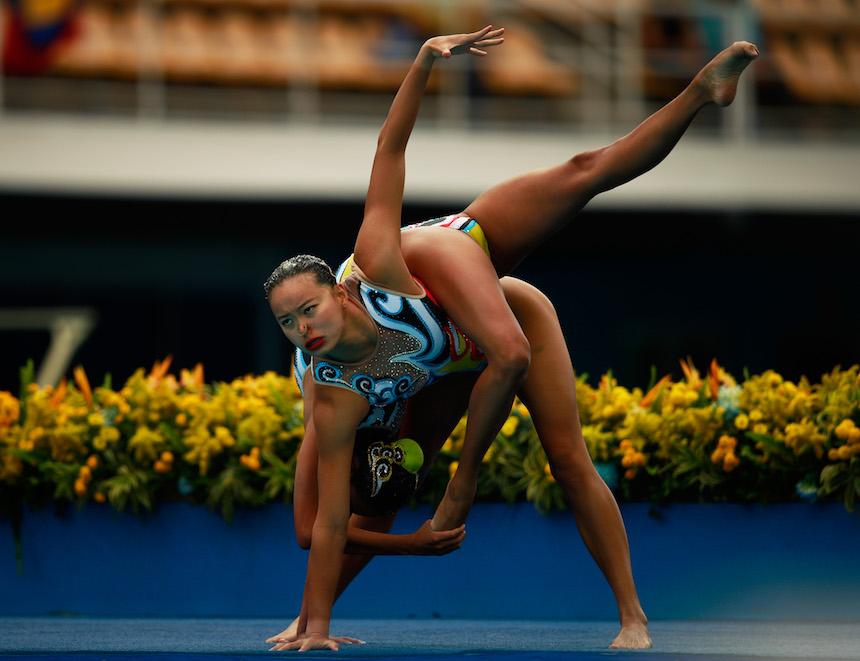 La pareja china de nado sincronizado realiza una extraordinaria rutina, que les ayudó a ganar la medalla de plata