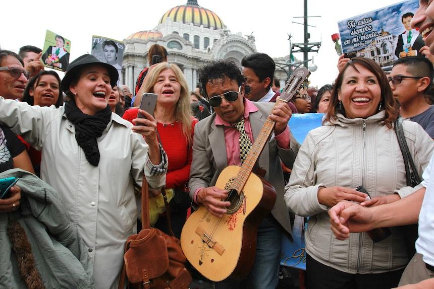 60905214. México, 5 Sep. 2016 (Notimex-Jessica Espinosa).- Con porras, canciones y aplausos cientos de personas esperan a las afueras del Palacio de Bellas Artes, para ver las cenizas del Juan Gabriel. NOTIMEX/FOTO/JESSICA ESPINOSA/JES/ACE/