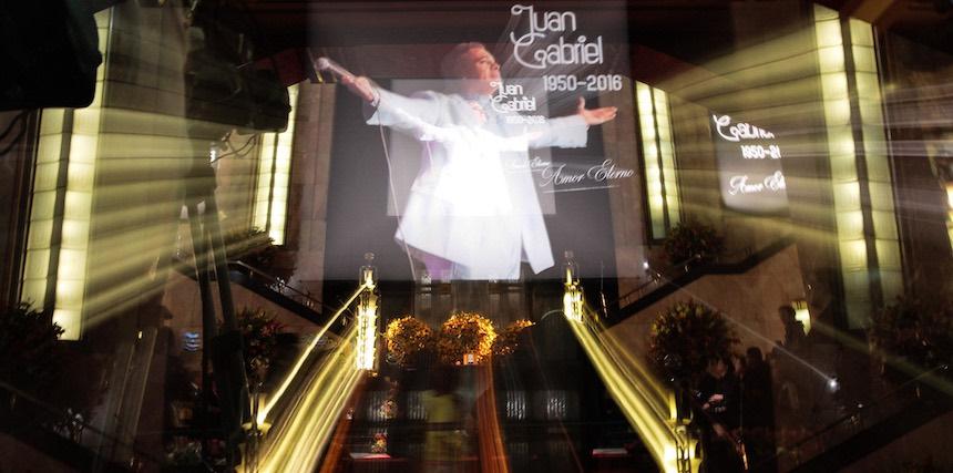 60905260.  México, 5 Sep. 2016 (Notimex- Isaías Hernández).- Diversas personalidades montan guardia de honor  ante las cenizas del cantautor Juan Gabriel, en el Palacio de Bellas Artes.  NOTIMEX/FOTO/ ISAÍAS HERNÁNDEZ /IHH/ACE/