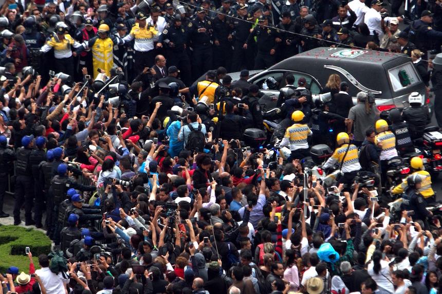 60905109. México, 5 Sep 2016 (Notimex- Nicolás Tavira).- Después de haber recorrido por poco más de dos horas algunas de las avenidas de la Ciudad de México, la carroza fúnebre con los cenizas de Juan Gabriel arribó al Palacio de Bellas Artes. NOTIMEX/FOTO/NICOLÁS TAVIRA/NTA/ACE/