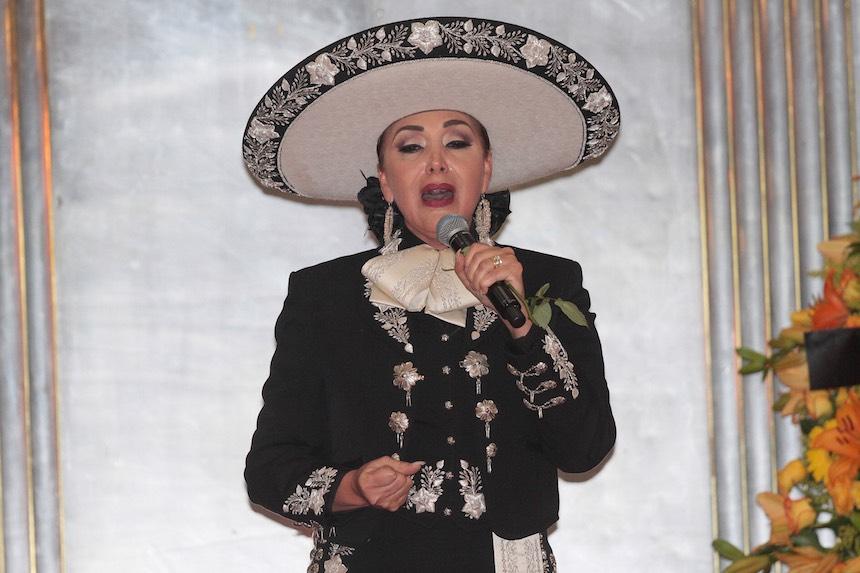 """60905186. México, 5 Sep. 2016 (Notimex-Isaías Hernández).- Bajo los acordes de """"Amor eterno"""", interpretado por el tenor Fernando de la Mora y Aída Cuevas, la familia de Juan Gabriel apareció en el vestíbulo del Palacio de Bellas Artes, con la urna de las cenizas del cantautor michoacano.  NOTIMEX/FOTO/ ISAÍAS HERNÁNDEZ /IHH/ACE/"""
