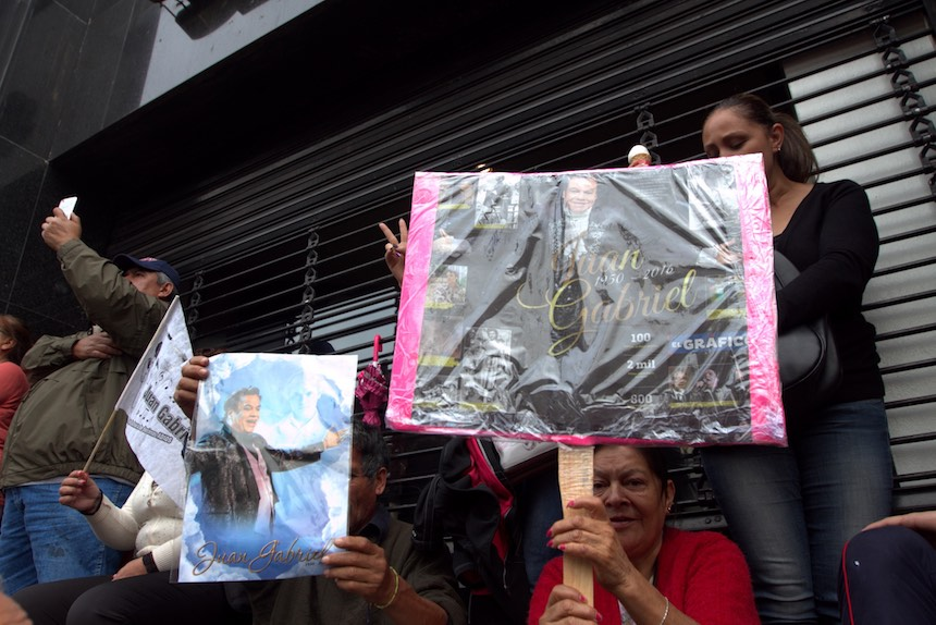 60905157. México, 5 Sep. 2016 (Notimex- Nicolás Tavira).- Con porras, canciones y aplausos cientos de personas esperan a las afueras del Palacio de Bellas Artes, para ver las cenizas del Juan Gabriel.  NOTIMEX/FOTO/NICOLÁS TAVIRA/NTA/ACE/