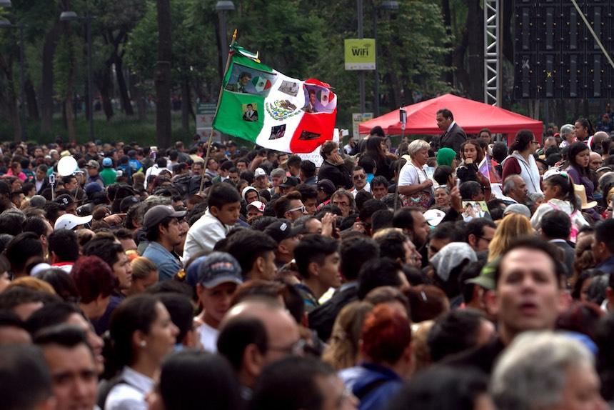 60905159. México, 5 Sep. 2016 (Notimex- Nicolás Tavira).- Con porras, canciones y aplausos cientos de personas esperan a las afueras del Palacio de Bellas Artes, para ver las cenizas del Juan Gabriel.  NOTIMEX/FOTO/NICOLÁS TAVIRA/NTA/ACE/