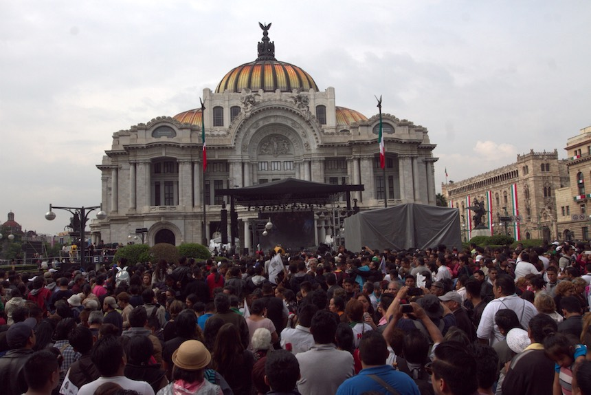 60905158. México, 5 Sep. 2016 (Notimex- Nicolás Tavira).- Con porras, canciones y aplausos cientos de personas esperan a las afueras del Palacio de Bellas Artes, para ver las cenizas del Juan Gabriel.  NOTIMEX/FOTO/NICOLÁS TAVIRA/NTA/ACE/