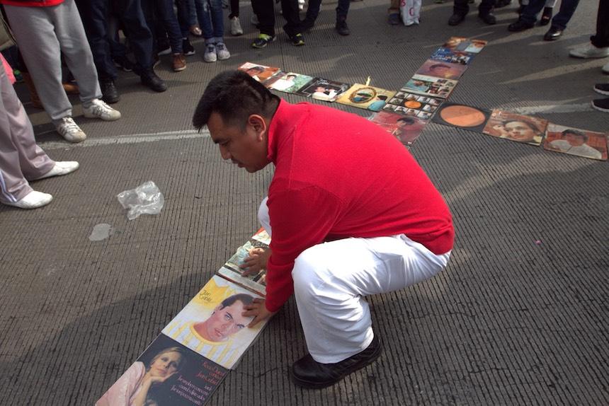 60905164. México, 5 Sep. 2016 (Notimex- Nicolás Tavira).- Con porras, canciones y aplausos cientos de personas esperan a las afueras del Palacio de Bellas Artes, para ver las cenizas del Juan Gabriel.  NOTIMEX/FOTO/NICOLÁS TAVIRA/NTA/ACE/