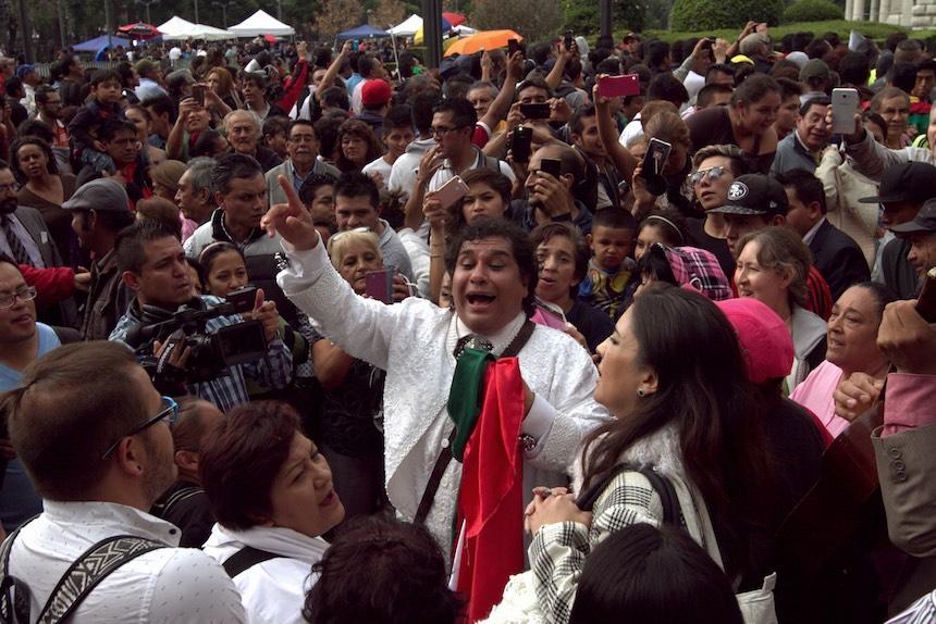 60905166. México, 5 Sep. 2016 (Notimex- Nicolás Tavira).- Con porras, canciones y aplausos cientos de personas esperan a las afueras del Palacio de Bellas Artes, para ver las cenizas del Juan Gabriel.  NOTIMEX/FOTO/NICOLÁS TAVIRA/NTA/ACE/
