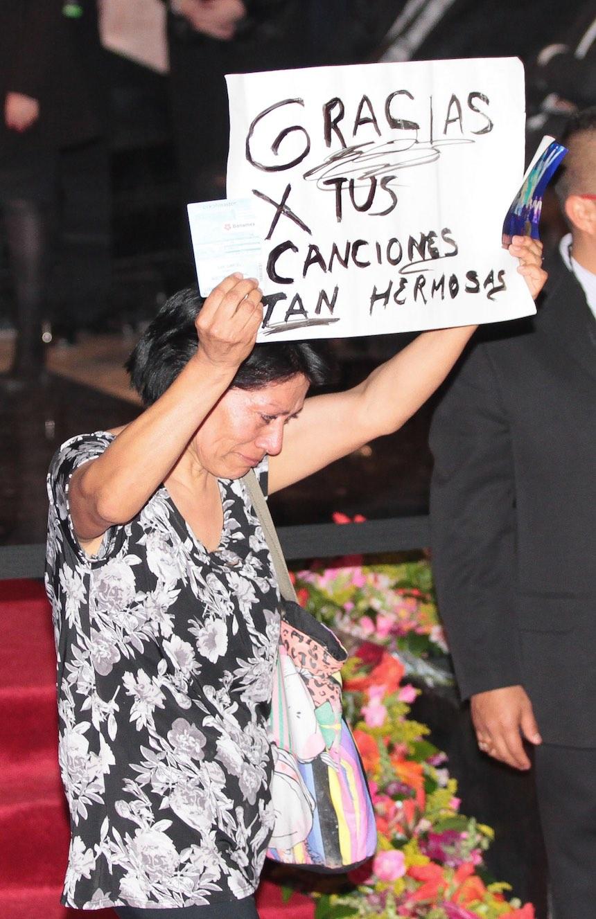 60905179. México, 5 Sep. 2016 (Notimex-Isaías Hernández).- Con porras, canciones y aplausos cientos de personas esperan a las afueras del Palacio de Bellas Artes, para ver las cenizas del Juan Gabriel. NOTIMEX/FOTO/ ISAÍAS HERNÁNDEZ /IHH/ACE/
