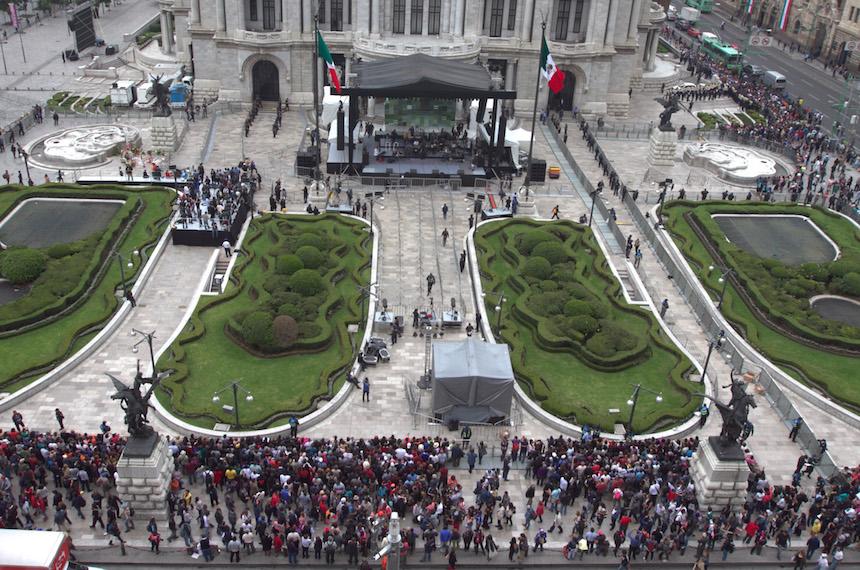60905093. México, 5 Sep 2016 (Notimex- Nicolás Tavira).- El legado musical que dejó el cantautor Juan Gabriel trascendió fronteras, por esto fanáticos de otras nacionalidades acuden este lunes a las inmediaciones del Palacio de Bellas Artes, donde se le rendirá un homenaje póstumo. NOTIMEX/FOTO/NICOLÁS TAVIRA/NTA/ACE/