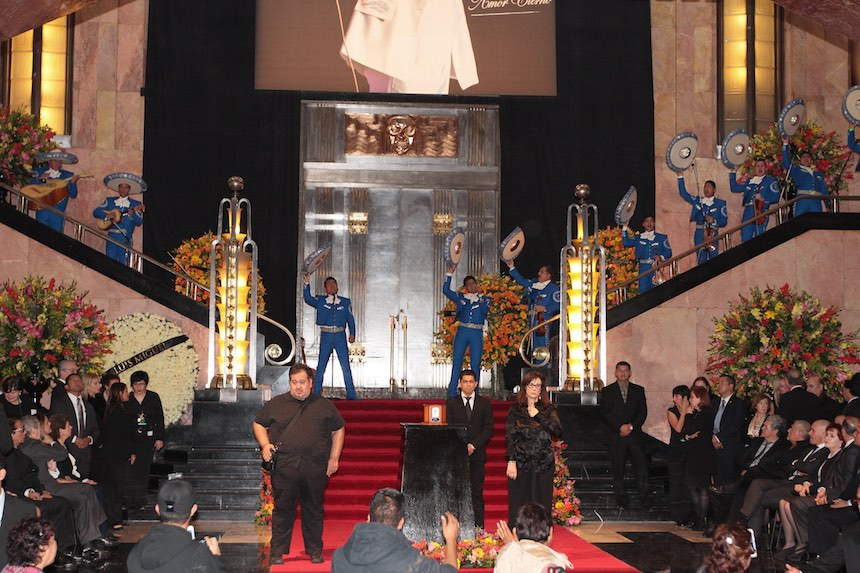 60905180. México, 5 Sep. 2016 (Notimex-Isaías Hernández).-Diversas personalidades montan guardia de honor  ante las cenizas del cantautor Juan Gabriel, en el Palacio de Bellas Artes.  NOTIMEX/FOTO/ ISAÍAS HERNÁNDEZ /IHH/ACE/