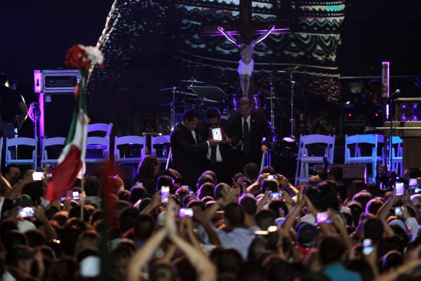60903208. Ciudad Juárez, 3 Sep 2016 (Notimex-Eduardo Jaramillo).- Las cenizas del cantautor Juan Gabriel reposan ya en el interior de la que fue su casa en esta frontera, colocadas por sus familiares sobre la chimenea. NOTIMEX/FOTO/EDUARDO JARAMILLO/COR/ACE/
