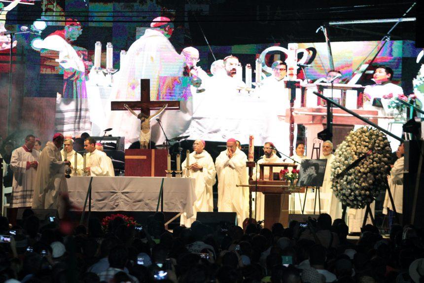 60903199. Ciudad Juárez, 3 Sep 2016 (Notimex-Eduardo Jaramillo).- Se llevó a cabo la ceremonia religiosa en memoria de Juan Gabriel, ante la urna con las cenizas que fue subida a un templete frente a la casa del cantautor. NOTIMEX/FOTO/EDUARDO JARAMILLO/COR/ACE/