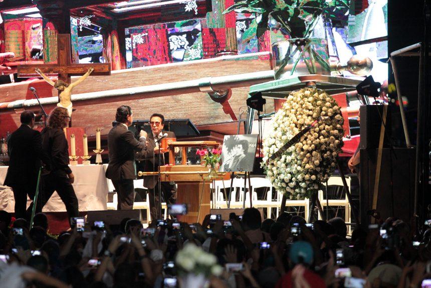 60903198. Ciudad Juárez, 3 Sep 2016 (Notimex-Eduardo Jaramillo).- Se llevó a cabo la ceremonia religiosa en memoria de Juan Gabriel, ante la urna con las cenizas que fue subida a un templete frente a la casa del cantautor. NOTIMEX/FOTO/EDUARDO JARAMILLO/COR/ACE/