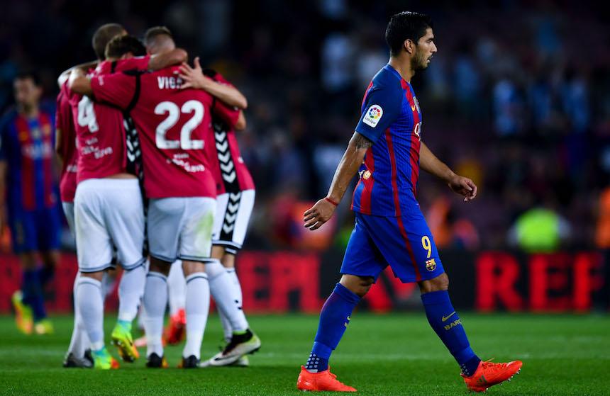 Alavés celebrando ante el Barcelona.